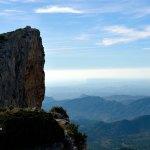 Farallones rocosos cerca de la cumbre