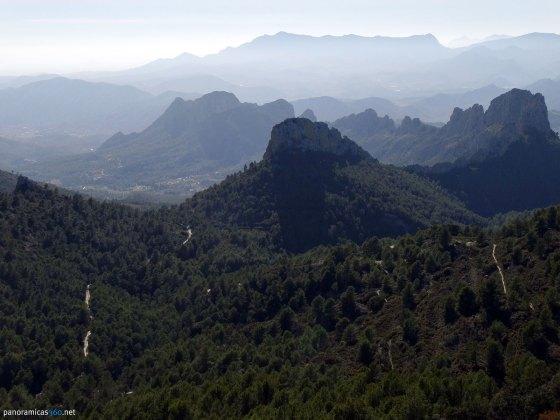 La cresta dels Castellets en primer plano, el Cabeçó d´Or y el Maigmó detrás