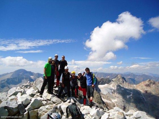 Cumbre del Perdiguero. De izquierda a derecha: Lidón, Rafa, Gerard, Bruno, Juanjo, Natalia, yo y Eduard