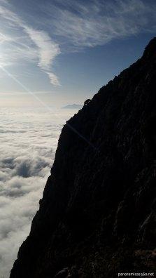 Silueta del Puig Campana y mar de nubes