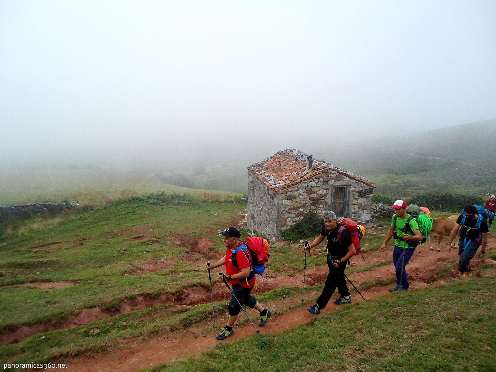 Marcha de aproximación al refugio de la Vega de Urriellu en el Macizo Central de los Picos de Europa
