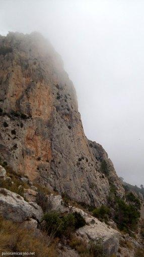 Paredes del Cabeçó bajo la niebla