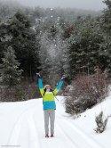 Jugando con la nieve durante nuestra excursión senderista por la Sierra del Segura