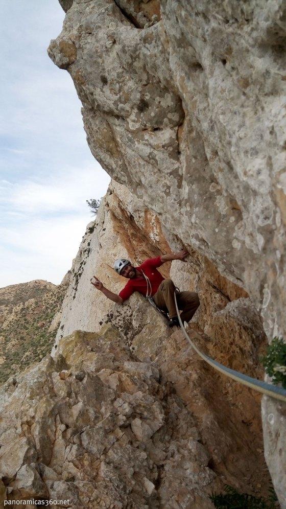 Óscar en el tercer largo de la vía XL. Peña Blanca, Murcia