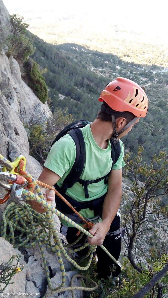 Sergio asegurando a Julio en la vía Universidad de Alicante en el Cabeçó d´Or