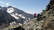 Primeros pasos en al cresta de la Pez. El Bachimala al fondo