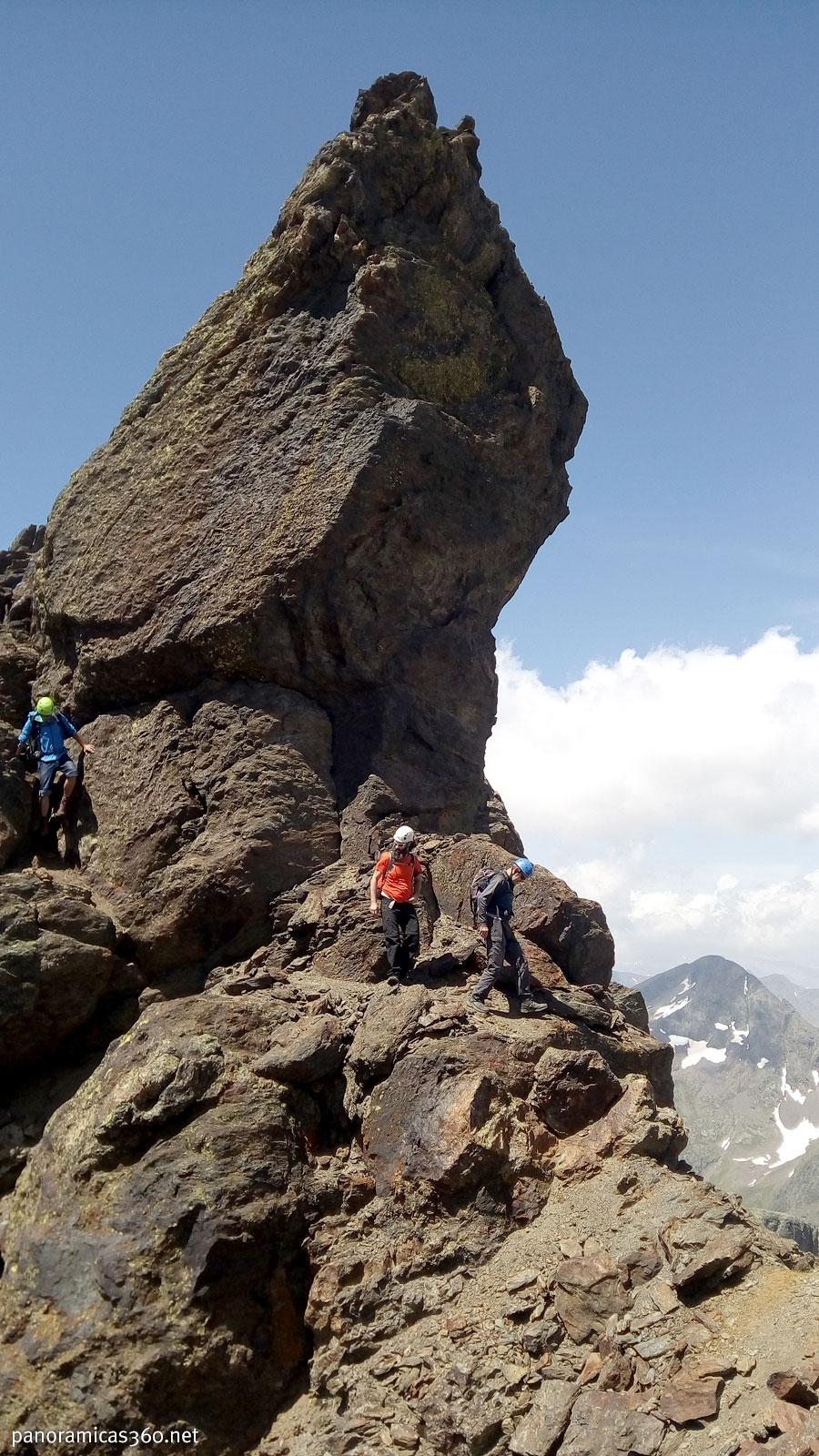 Trepas y destrepes se suceden en la primera parte de la cresta