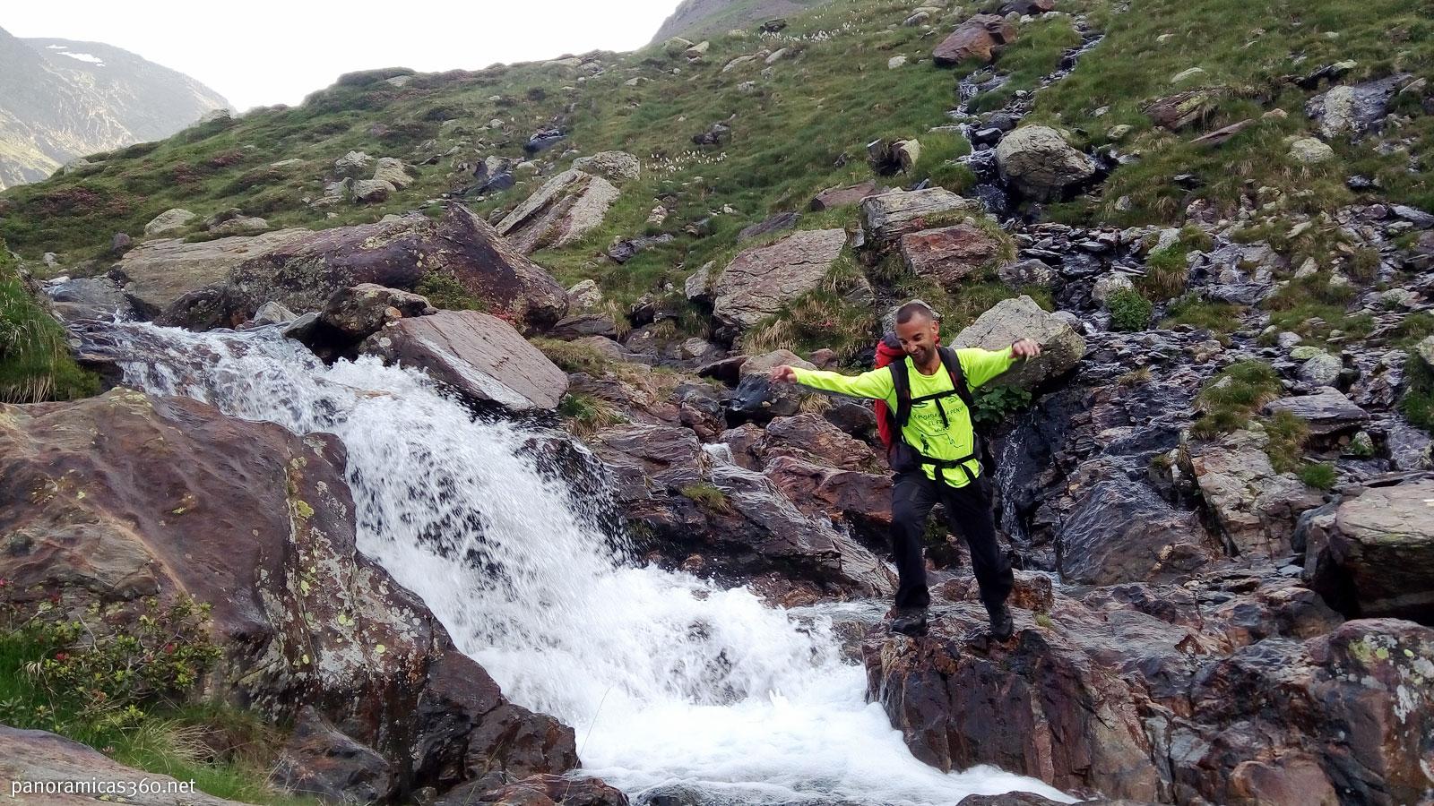 Manu cruzando el río Cinqueta de la Pez