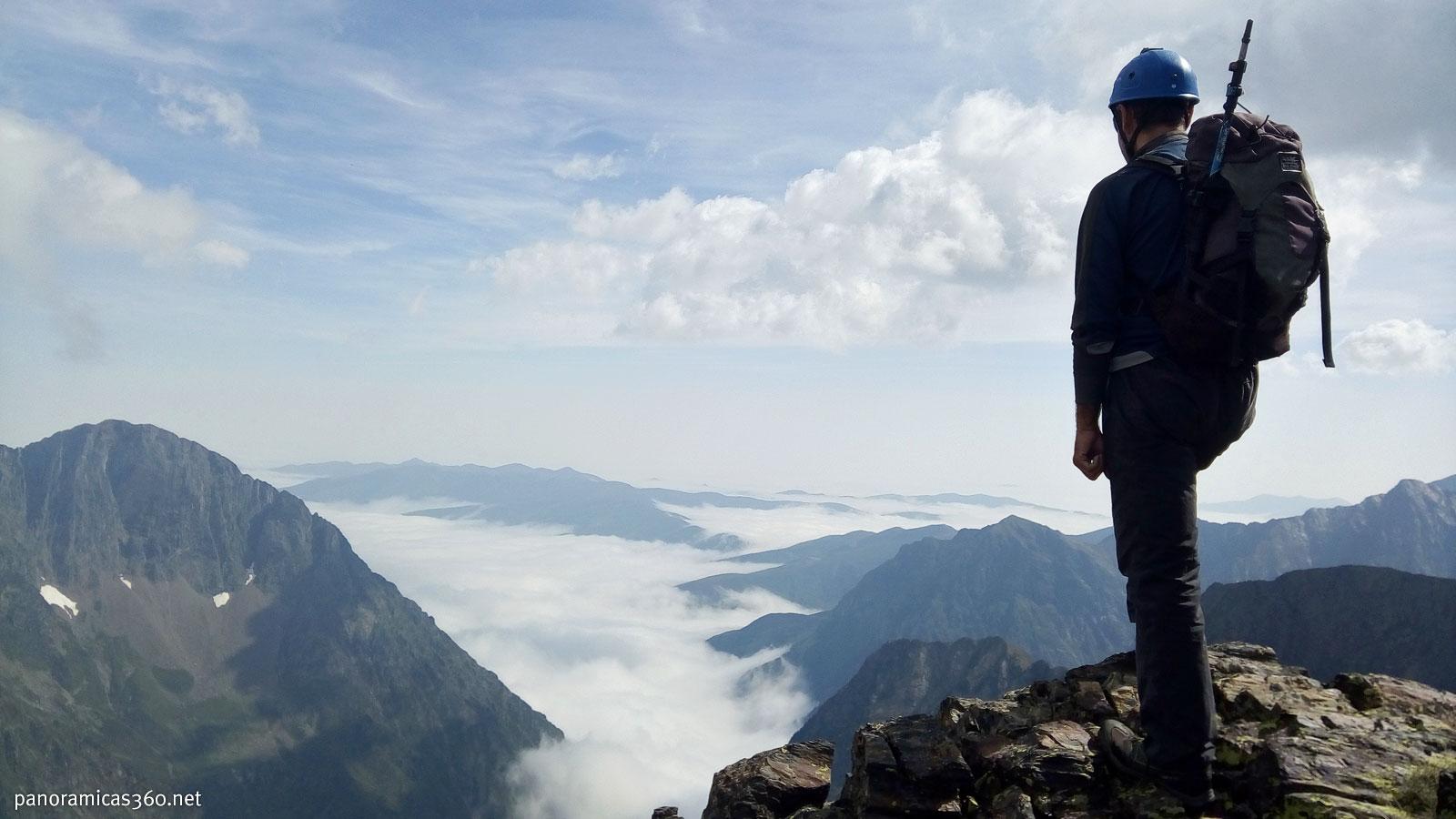Romero observa el mar de nubes en el valle de Louron