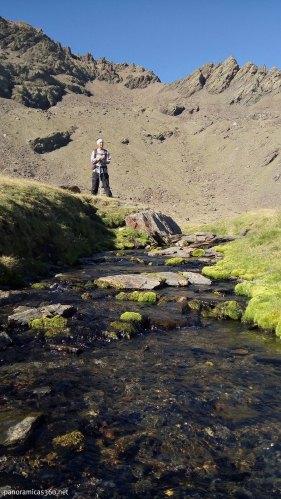 Manu en el arroyo que nace en la Laguna Gabata