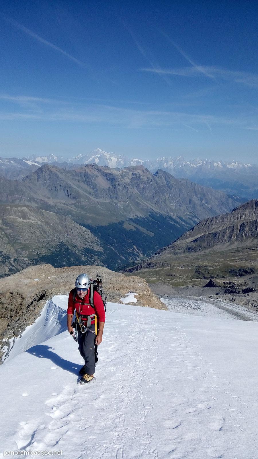 Subiendo al Gran Paradiso con el Mont Blanc de fondo
