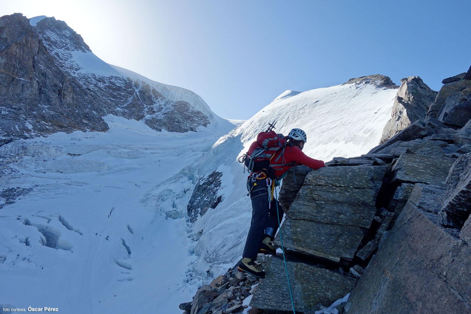 Óscar escalando en la arista del Gran Paradiso