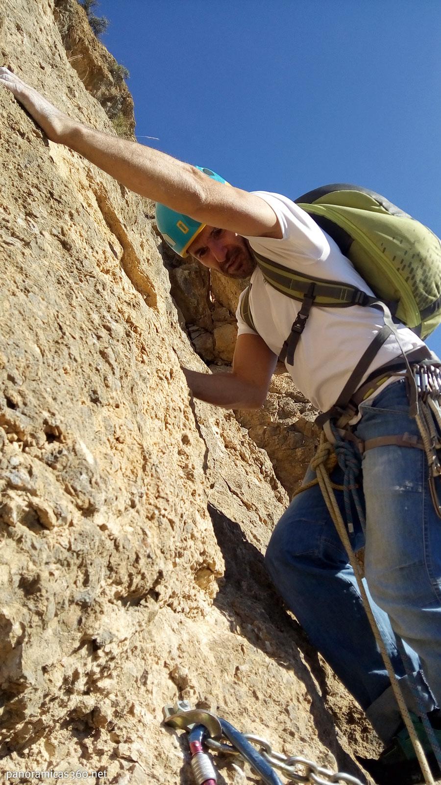 David comenzando a escalar el segundo largo del Espolón PDP en Redován