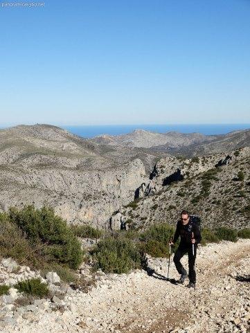 Manuel caminando por lo alto de la Sierra de Alfaro