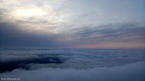 Mar de nubes en la cumbre del Cabeçó d´Or con las últimas luces del día
