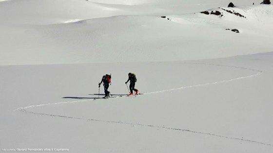 Natalia y yo siguiendo la huella de Gérard en nuestra ruta de esquí de travesía en el valle de Arán