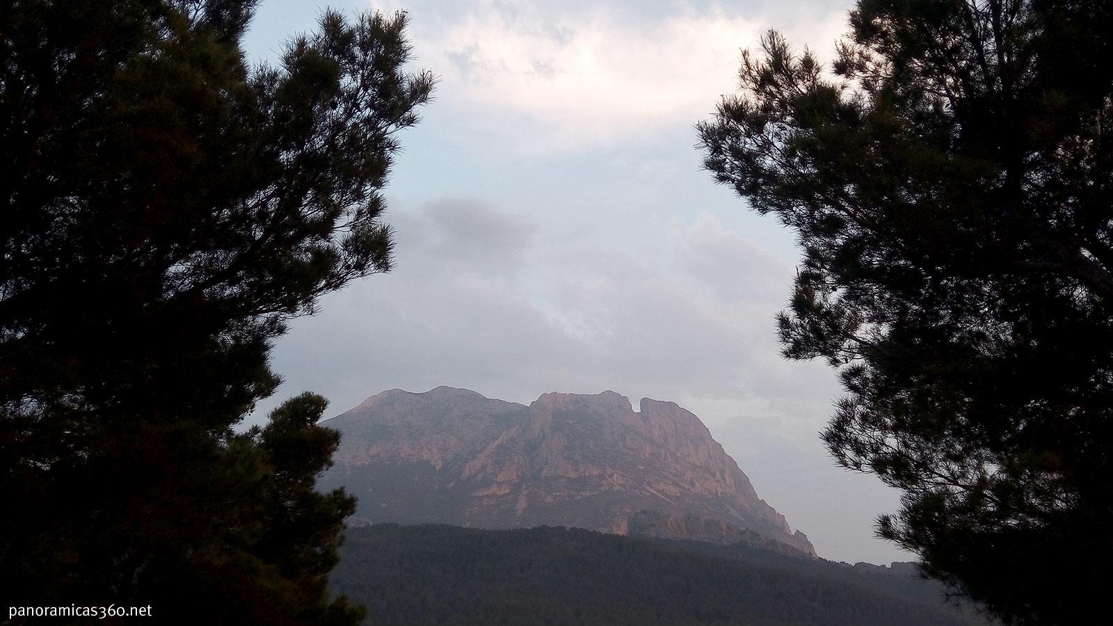 Cara norte del Puig Campana desde las casas de Sirventa
