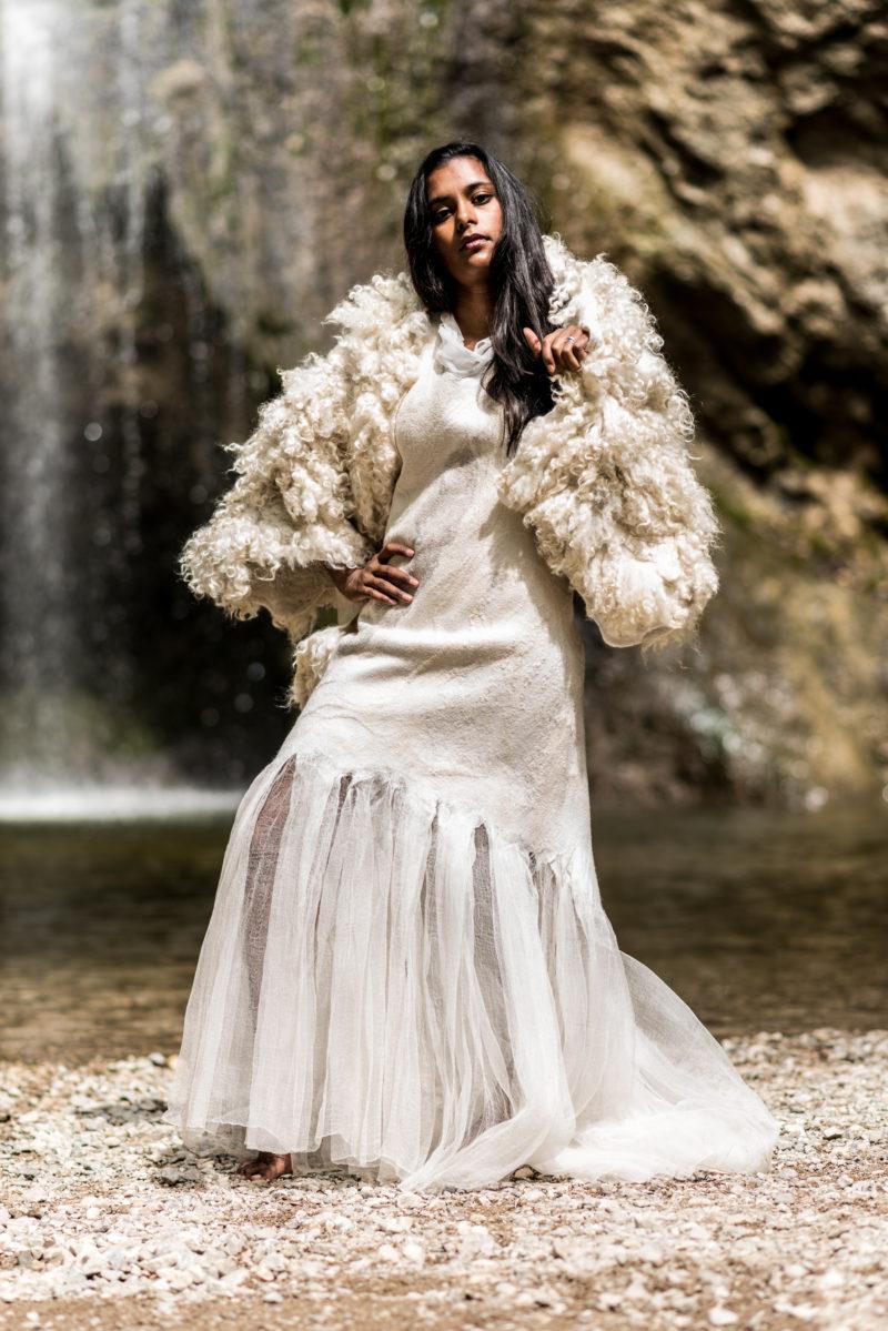 Brautkleid aus Wolle und Seide mit Stola aus Rohwolle