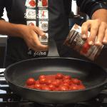 Aggiunta del pomodoro alla padella
