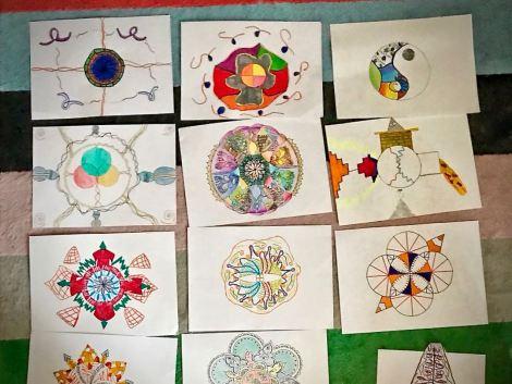 fogli sul pavimento con disegni di Mandala
