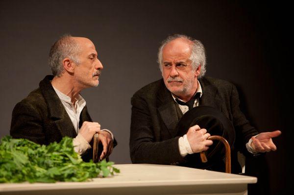 """Peppe e Toni Servillo in """"Le voci di dentro""""."""