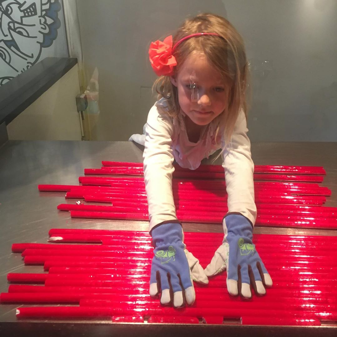 What if school is closed? You make candy! #candygirl candyboy #bestjobever #vroeggeleerd