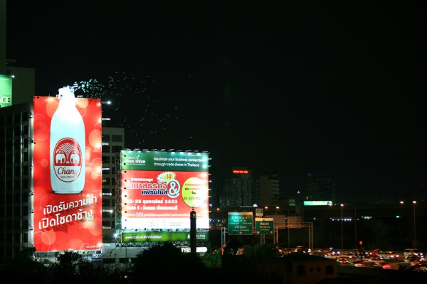 https://i1.wp.com/www.paper-plane.fr/wp-content/uploads/2010/05/billboard-outdoor-JEH-United-bangkok-chang-ballons-ball-helium-alternatif-marketing-1-600x400.jpg