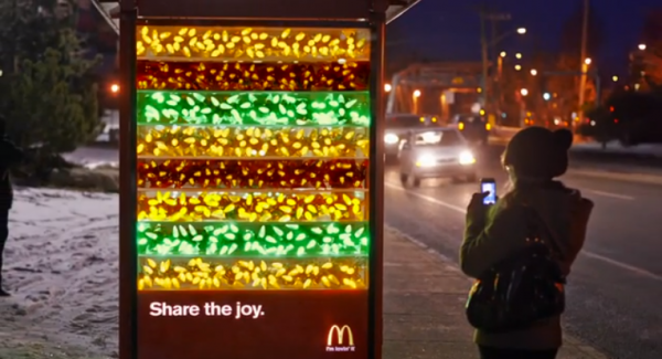 big mac festif abri bus canada vancouver guirlandes affichage ambient marketing 2