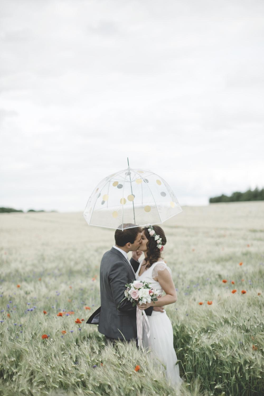 DIY parapluie à pois dorés - mariage par Céline Marks - www.paperboat.fr