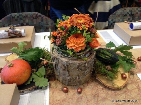 Herbstliche Blumendemo, Eicheln, Kürbis, Laub