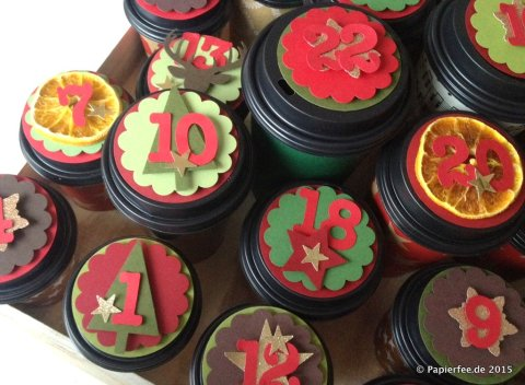Stampin'Up! Adventskalender, DIY Adventskalender, Kaffeebecher, Wellenkreis, Sternstanze, Hirschstanze, Tannenbaum, Bigz Zahlen, Designerpapier, Schneeflockenstanze, Glutrot, Espresso, Gartengrün, Olivgrün