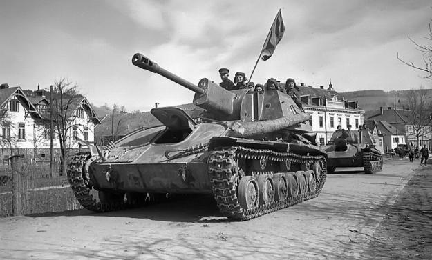 SU-76 ve Vídni 1945. Foto: repro WWII