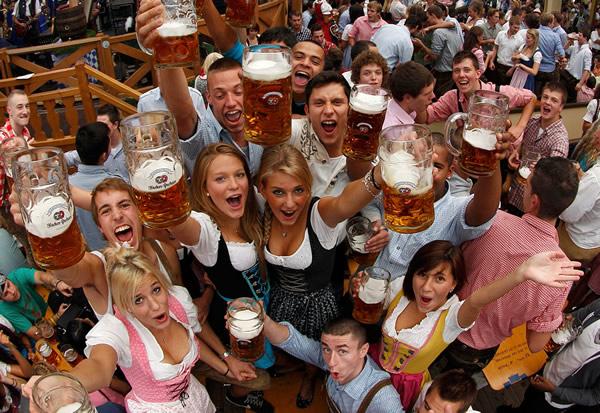 Homens e mulheres brindando na Oktoberfest 2010
