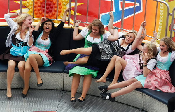 Mulheres brincando num brinquedo na Oktoberfest
