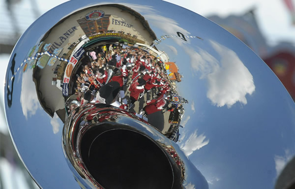Reflexo da Oktoberfest numa tuba