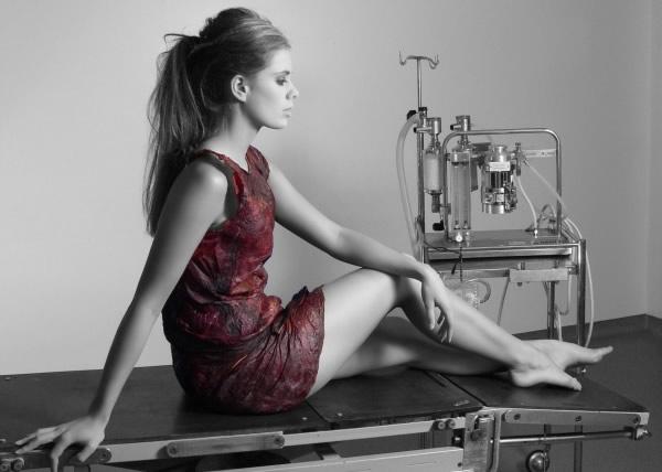 Mulher vestida com o vestido Dress Wine feito com vinho