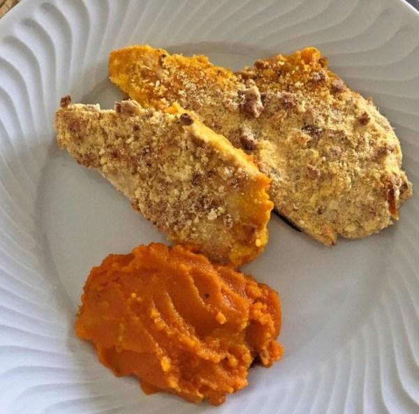 Filé de frango orgânico crocante com purê de cenoura