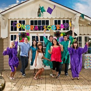 Przyjęcia z okazji ukończenia różnych etapów edukacji są w Stanach bardzo popularne. To kolejny temat, na którym firmy takie jak party city generują miliony $$ przychodu sprzedając tematyczne dekoracje.