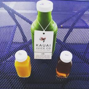 #drinking #fresh #juices in #Hawaii is sort of #fashion. I found #kauaijuiceco with so many #healthy #choices. I had to try something #new like stinky shot of #noni or peppery #tumeric #lemon. Ogly but so #good for your #body. I #love their #style. Next time I'll tell you more about the #green one. Na Hawajach jest duza moda picia sokow. Musialam posmakowac ich specjalow. Picie smierdzacego kieliszeczka z leczniczego noni czy turmeric lemon bylo prawdziwym doswiadczeniem. #food #vegan #instafood #foodporn #juice #soki #sok #organic #kauaijuiceco