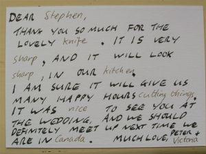 Jeden ze śmieszniejszych przykładów am. thank you note. Podziękowanie za nóż, który nadawca dosał w prezencie.zdj. flickr/esteban