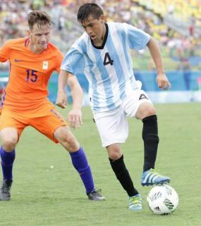 Carlos Carrizo domina el balón ante Joey Mense.