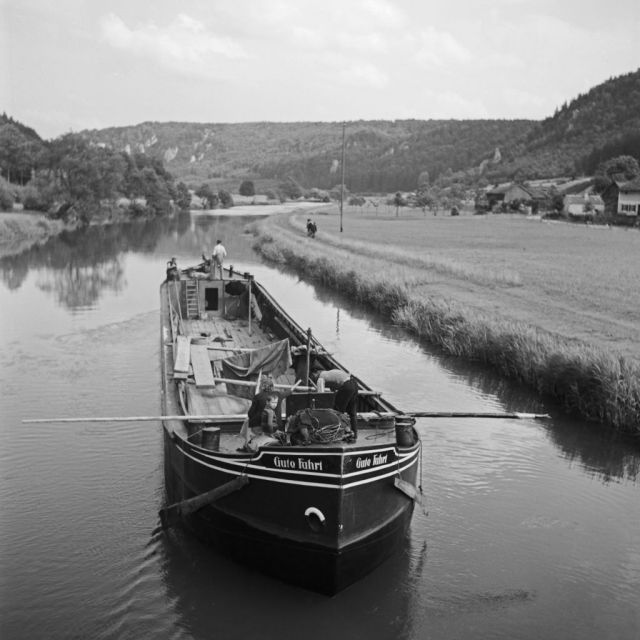 "Frachtkahn ""Gute Fahrt"" auf der Altmühl im Altmühltal, Deutschland 1930er Jahre. Freight ship ""Gute Fahrt"" on river Altmuehl at Altmuehltal valley, Germany 1930s."