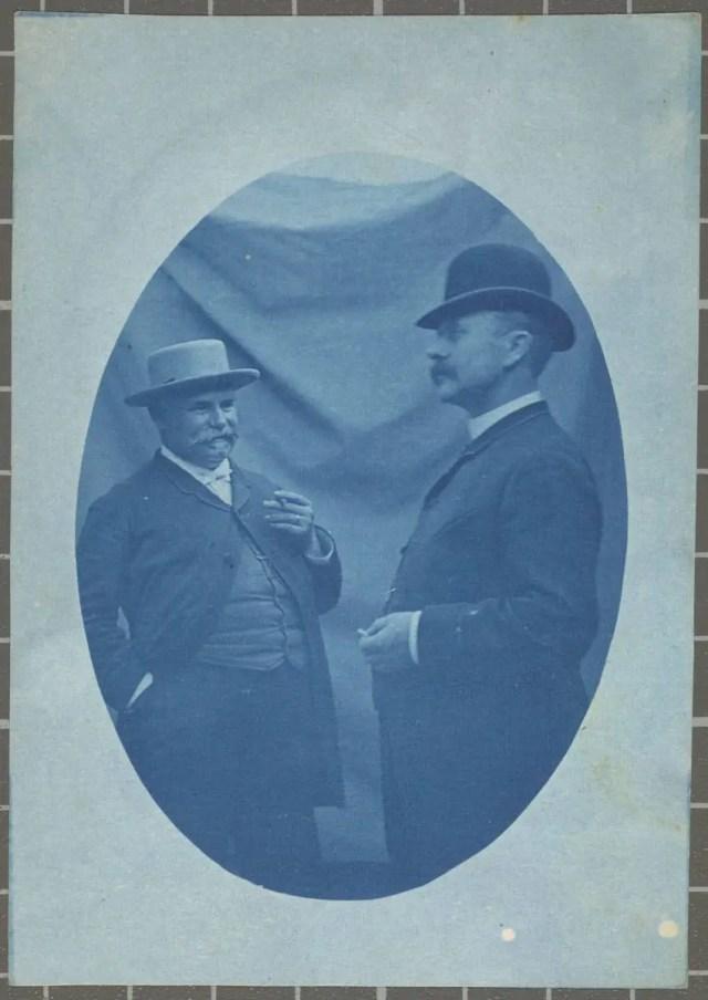 Retrat d'estudi de dos homes fumant.