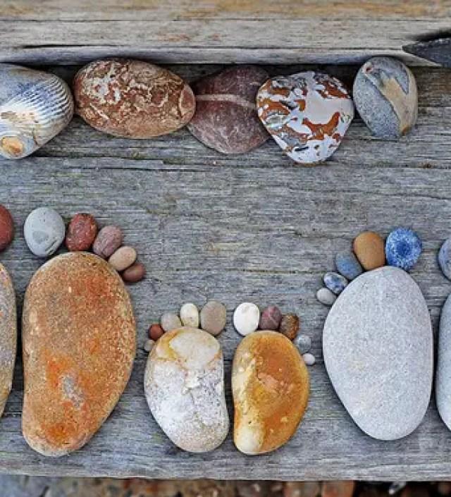 Kunstenaar maakt aandoenlijke serie van stenen voetafdrukken