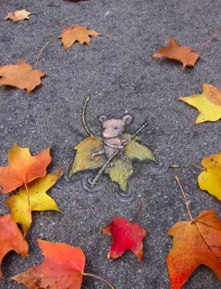 Muisje vaart op bladeren
