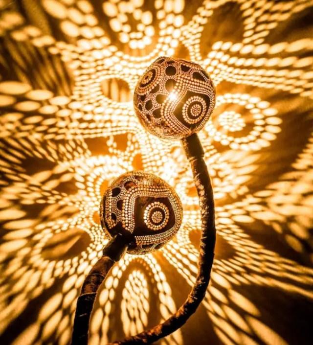 Hoe duizenden gaatjes in een kokosnoot kunstzinnige patronen op je muur projecteren