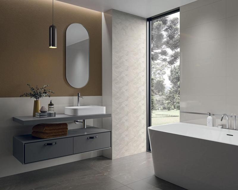 Przestronna łazienka wnowoczesnym stylu zdużym oknem.