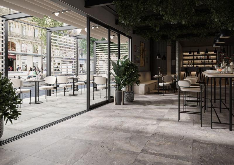Ta sama podłoga wewnątrz inazewnątrz pomieszczenia pięknie łączy obie te strefy.