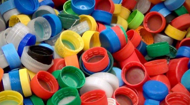 Reciclaje de tapitas y botellas plásticas en Paraná