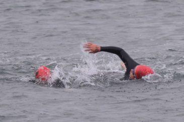 江戸前トライアスロンで泳ぐ山田敦子とガイドを務めた庭田清美